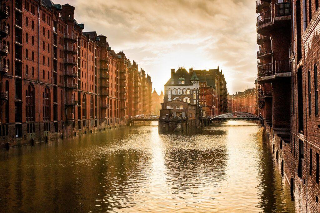 Vista di uno dei canali più caratteristici di Amburgo caratteris